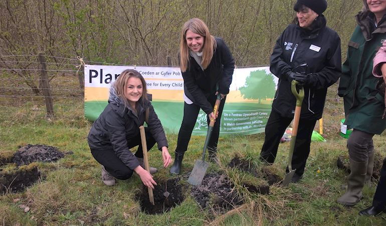 Hannah blythyn and Natalie Vaughan planting a tree