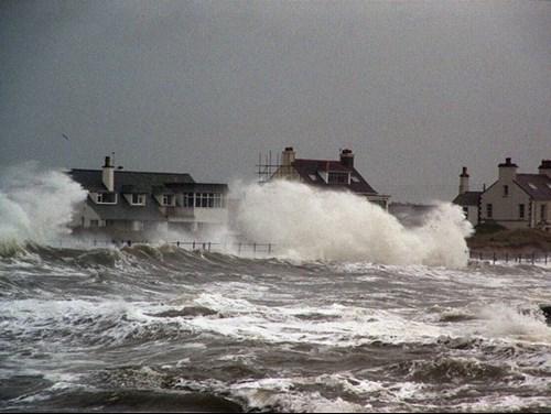 Tai ger yr arfordir yn ystod storm ym Mae Trearddur, Ynys Môn