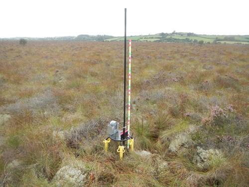 Camera a osodwyd yng Ngwarchodfa Natur Genedlaethol Cors Caron i fonitro'r modd y mae wyneb y mawn yn symud (Llun gan Nathan Callaghan, Canolfan Ecoleg a Hydroleg y DU)